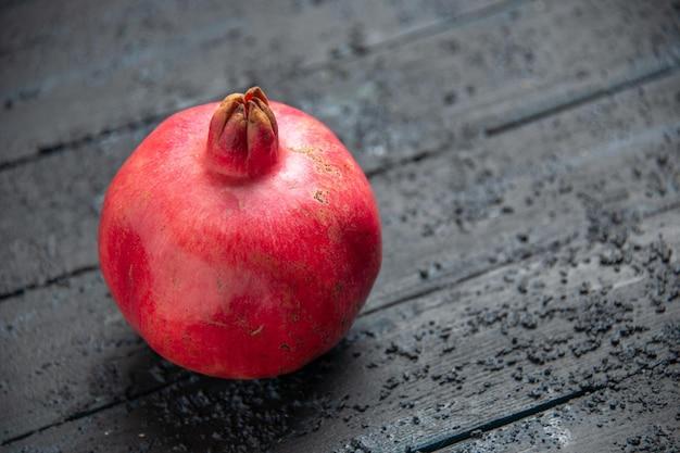 Seitenansicht von oben reifer granatapfel reifer granatapfel auf holztisch