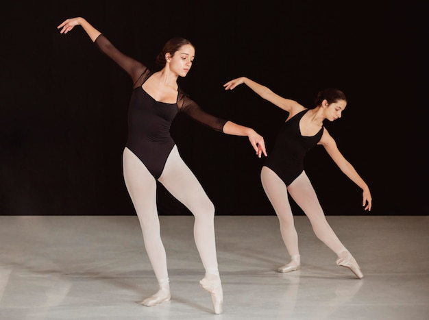 Seitenansicht von professionellen balletttänzern, die zusammen üben