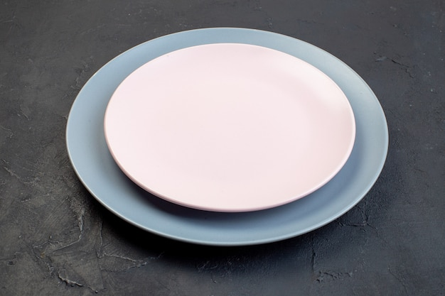 Seitenansicht von weißen und blauen keramikplatten auf schwarzem hintergrund mit freiem platz