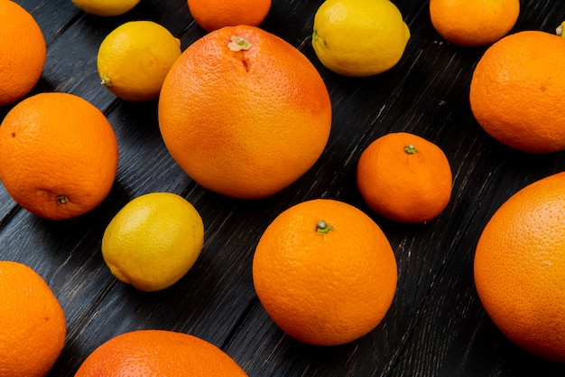Seitenansicht von zitrusfrüchten als orange mandarinenzitrone auf hölzernem hintergrund