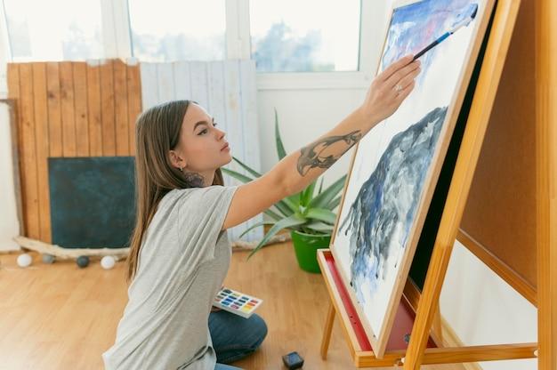 Seitenansicht weibliche malerei und ihre arbeit