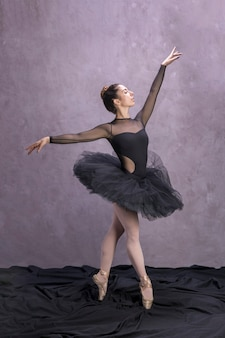 Seitenansichtballerina, die im ballettröckchen aufwirft