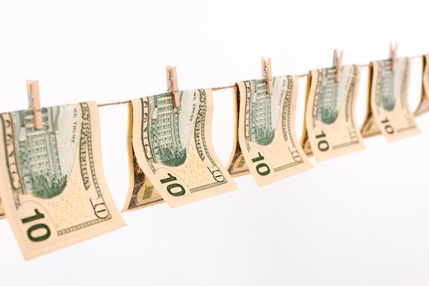 Seitenansichtbanknoten, die an der wäscheleine hängen