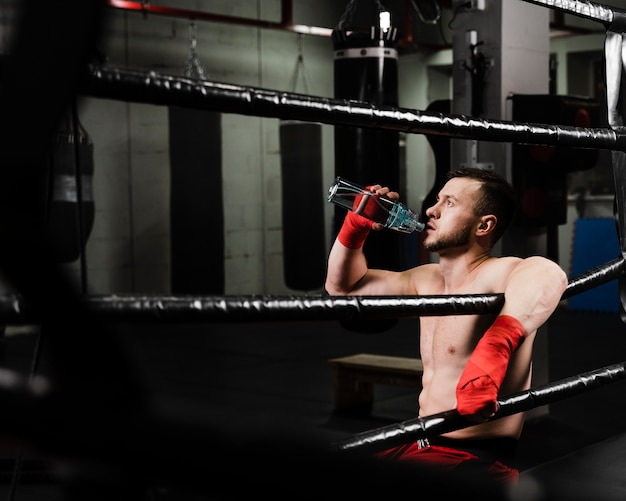 Seitenansichtboxer, der eine pause vom training macht