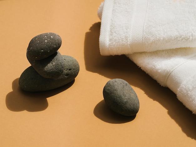 Seitenansichten spa steine und handtücher