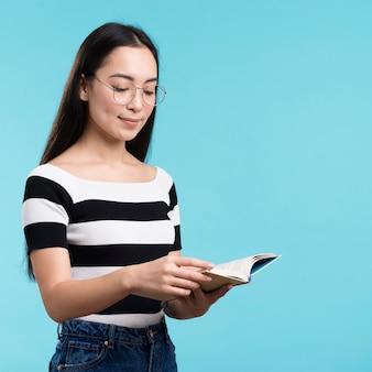 Seitenansichtfrau mit dem glaslesen