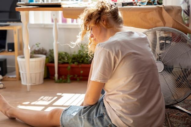 Seitenansichtfrau mit klimaanlage