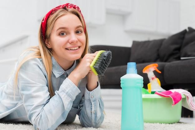 Seitenansichtfrau vorbereitet zu säubern