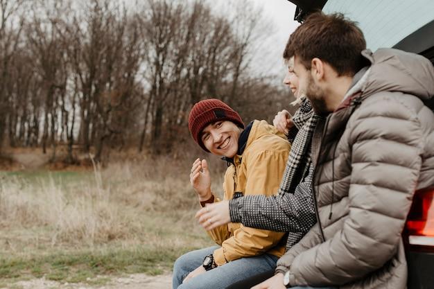 Seitenansichtfreunde, die zusammen lachen