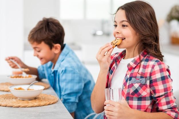 Seitenansichtgeschwister, die morgens frühstück essen