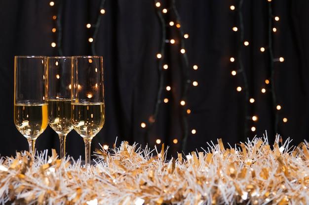 Seitenansichtgläser mit champagner für neues jahr