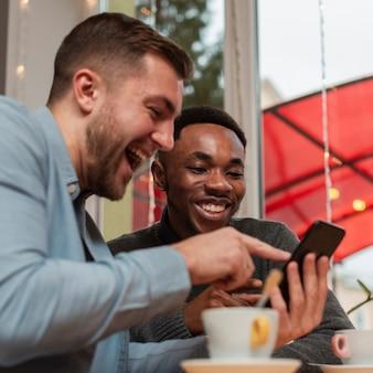 Seitenansichtmänner, die mobile überprüfen