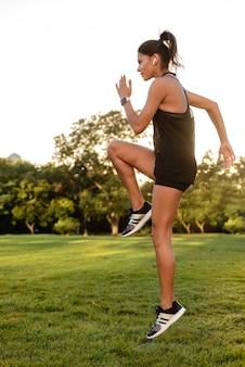 Seitenansichtporträt einer fitnessfrau in den kopfhörern