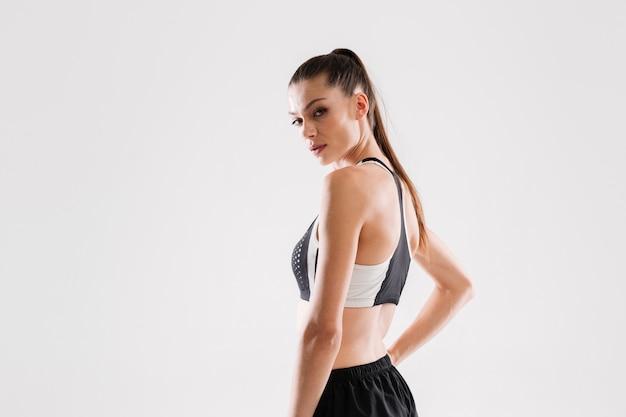 Seitenansichtporträt einer hübschen fitnessfrau in der sportbekleidung