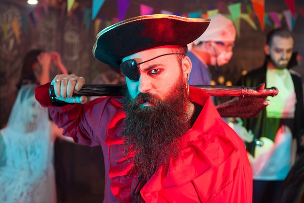 Seitenansichtporträt eines gutaussehenden bärtigen mannes in einem piratenkostüm bei der halloween-feier. attraktiver mann in einem piratenkostüm.