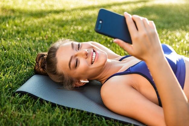 Seitenansichtporträt eines lächelnden jungen fitnessmädchens
