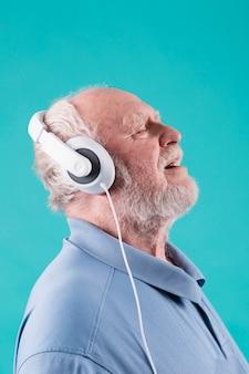 Seitenansichtsenior, der musik genießt