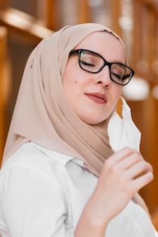 Seitenansichtsfrau, die maske abnimmt