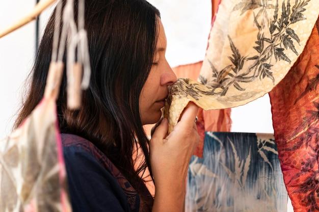 Seitenansichtsfrau, die natürliche pigmentierte tücher prüft