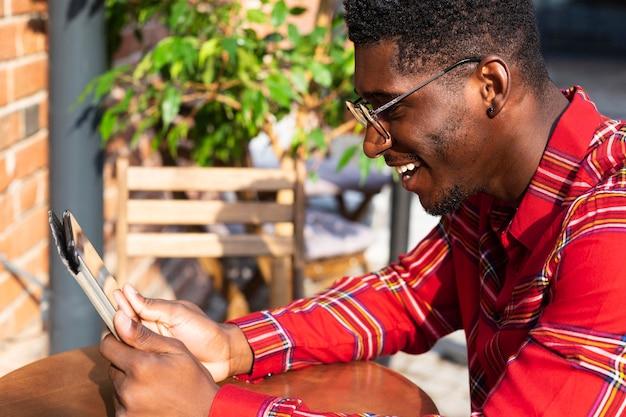 Seitenansichtsmann, der brille trägt und liest
