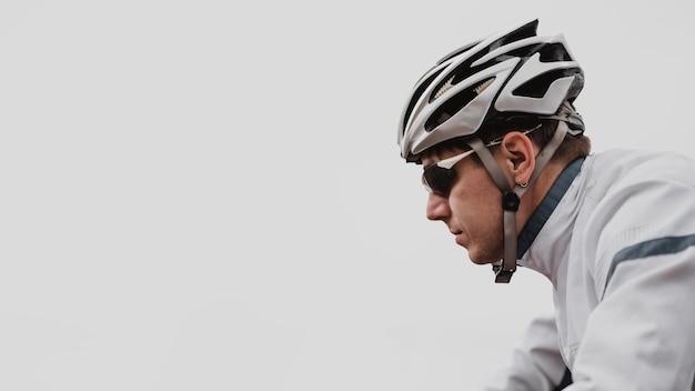 Seitenansichtsmann, der ein mountainbike reitet