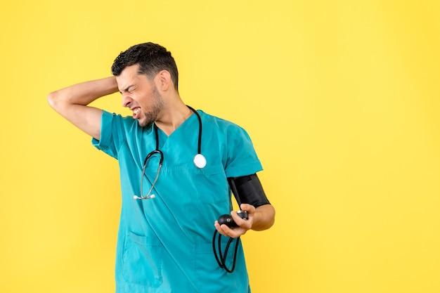 Seitenansichtsspezialist ein arzt mit tonometer hat kopfschmerzen
