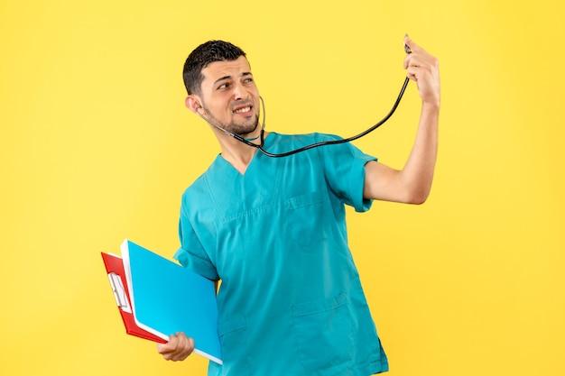 Seitenansichtsspezialist ein arzt überlegt, wie er patienten mit covid helfen kann.