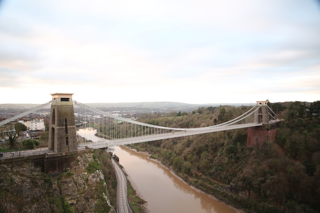 Seitenaufnahme der clifton suspension bridge und eines flusses in bristol, uk