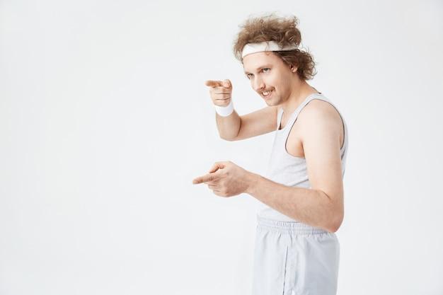 Seitenaufnahme des lustigen mannes im altmodischen fitnessanzug
