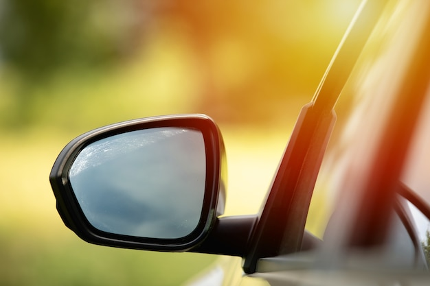 Seitenfenster des autos verschwommen