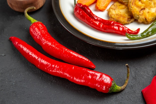 Seitennahaufnahme ansicht gemüseteller von geröstetem gemüse rote peperoni