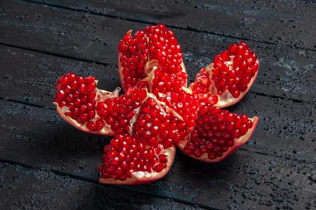 Seitennahaufnahme appetitlicher granatapfel appetitlich gepillter granatapfel in der mitte des grauen tisches