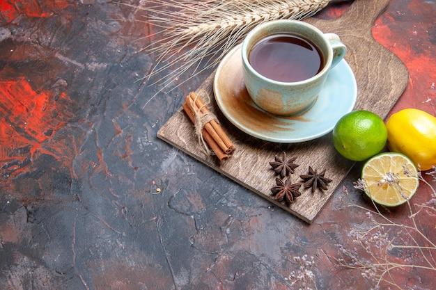 Seitennahaufnahme eine tasse tee eine tasse tee sternanis zimt zitrusfrüchte auf dem brett