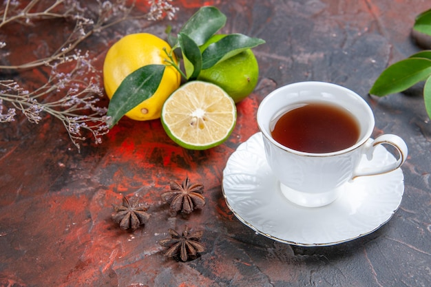 Seitennahaufnahme eine tasse tee eine tasse tee zitrusfrüchte mit blättern sternanis auf dem tisch