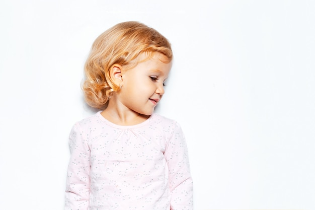 Seitenporträt des kindermädchens mit den lockigen blonden haaren.