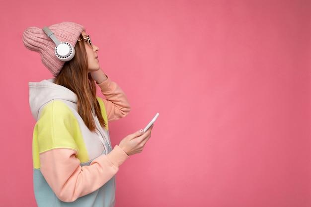 Seitenprofilfoto einer schönen, fröhlich lächelnden jungen frau, die stilvolle freizeitkleidung trägt, isoliert
