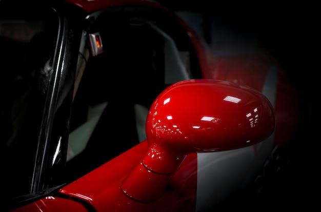 Seitenspiegel eines modernen rennwagens aus der nähe