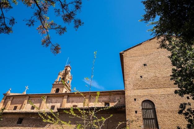 Seitenwand der kirche von la fonteta in valencia mit ihrem von der sonne beleuchteten glockenturm.