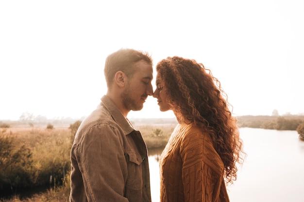 Seitlich glückliches paar, das einen weichheitsmoment hat