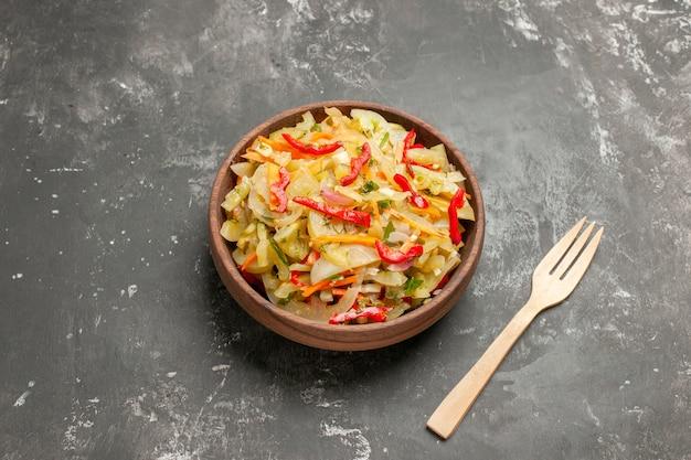 Seitliche nahaufnahme ansicht salat gemüsesalat holzgabel
