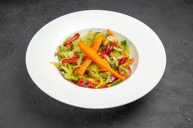 Seitliche nahaufnahme ansicht salatteller gemüsesalat auf dem tisch