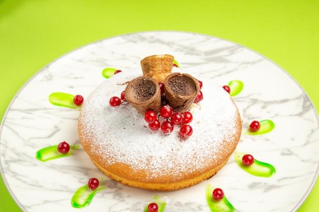 Seitliche nahaufnahme eines kuchens ein appetitlicher kuchen mit roten johannisbeeren der schokoladenwaffeln