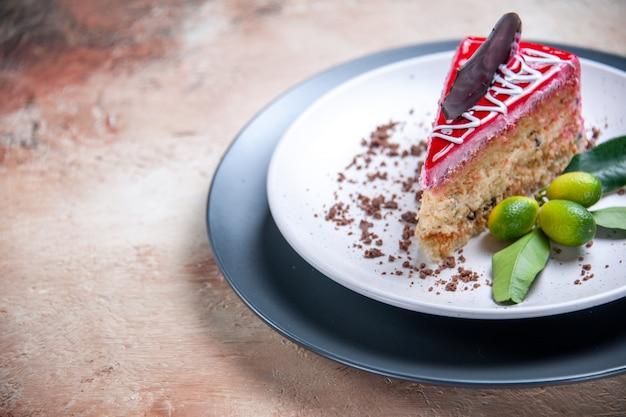 Seitliche nahaufnahme eines kuchens ein kuchen mit schokoladensaucen zitrusfrüchten Kostenlose Fotos