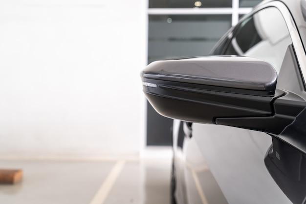 Seitlicher rückspiegel am auto