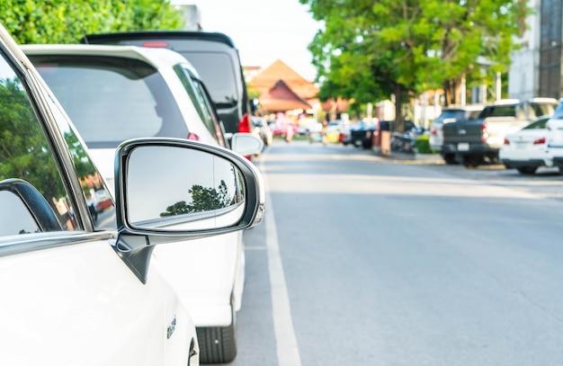 Seitlicher rückspiegel auf einem modernen auto