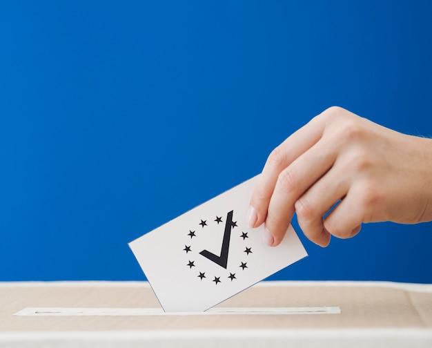 Seitwärts frau, die an den europawahlen beteiligt ist