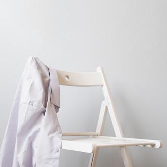 Seitwärts hemd auf einem weißen stuhl