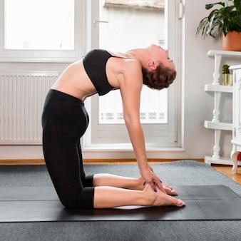 Seitwärts praktizierendes yoga zu hause konzept