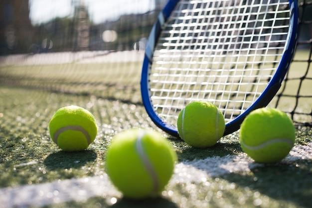 Seitwärts tennisschläger und bälle