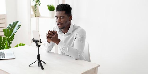 Seitwärtsgeschäfts-afroamerikanermann in einem videoanruf